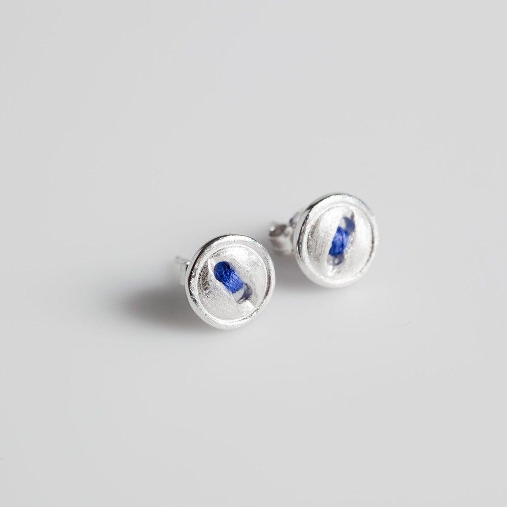 Image of Handgemaakte zilveren oorknoopjes met blauw draadje, oorbellen Antwerpen, goudsmid, juweelontwerp
