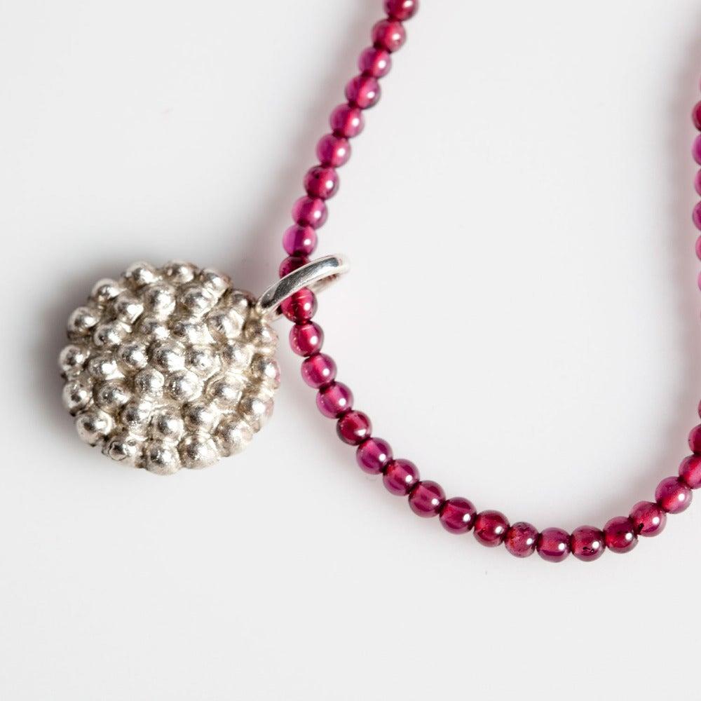 Image of Halsjuweel met zilveren hanger en granaatbolletjes, juwelen op maat, Antwerpen