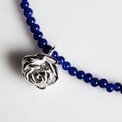 Image of Halsjuweel met zilveren hanger en blauwe glaskralen, juwelen, Antwerpen, goudsmeden
