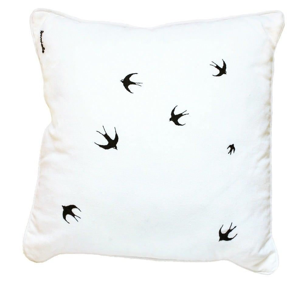 Image of The swallow's flight - Un cuscino di rondini