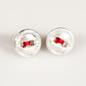 Image of oorbellen met groefje en rode draad, juwelen te Antwerpen, zilver