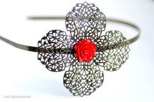 Image of Serre-tête grande fleur filigranée esprit rétro coloris rouge brillant