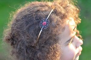 Image of Serre-tête filigranée avec fleurette en résine coloris framboise